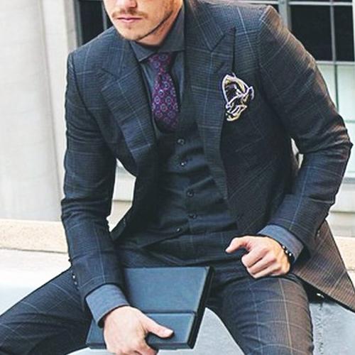 グレーシャツと紫ネクタイ