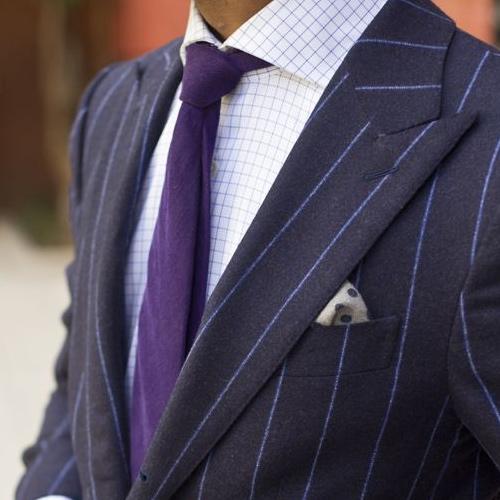 チェックシャツと紫ネクタイ