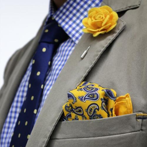 チェックシャツと紺ドットネクタイ