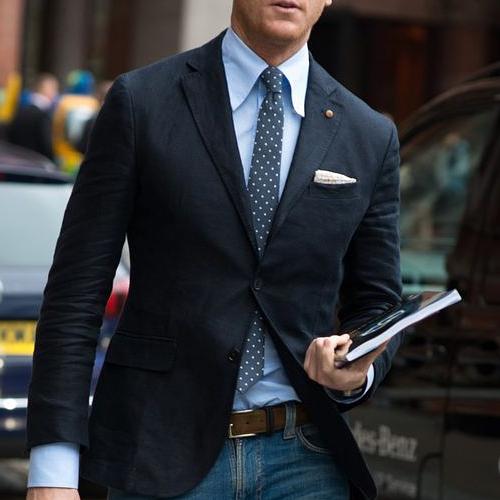 ブルーシャツとグレードットネクタイ