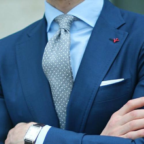 ブルースーツとグレードットネクタイ
