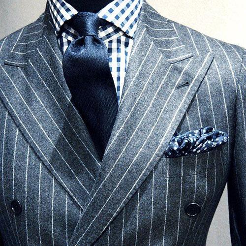 ストライプスーツと紺ネクタイ