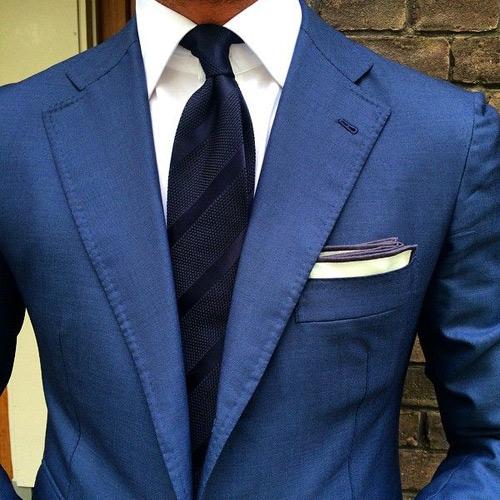ブルースーツと黒ストライプネクタイ