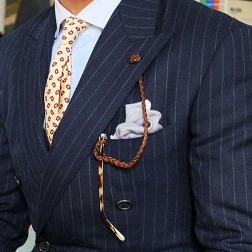 ストライプスーツと小紋ネクタイ
