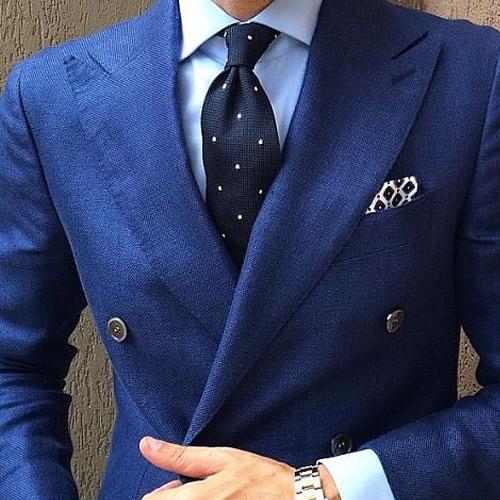 ブルースーツと黒ドットネクタイ