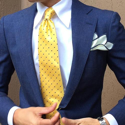 ブルースーツと黄色ドットネクタイ