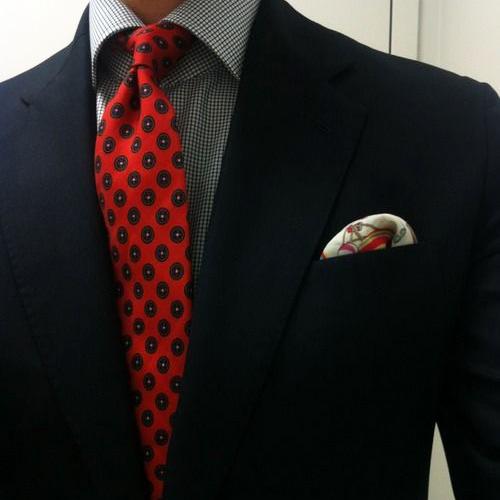 赤の小紋ネクタイと黒スーツ