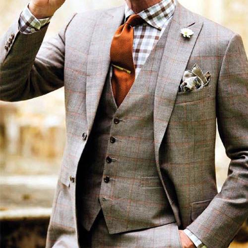 チェックシャツとオレンジネクタイ