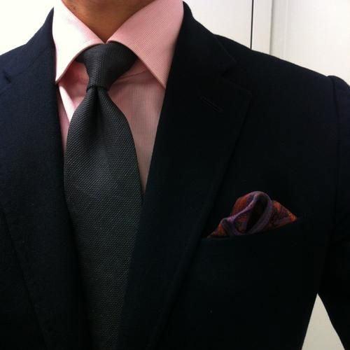 黒のスーツとピンクシャツと黒ネクタイ