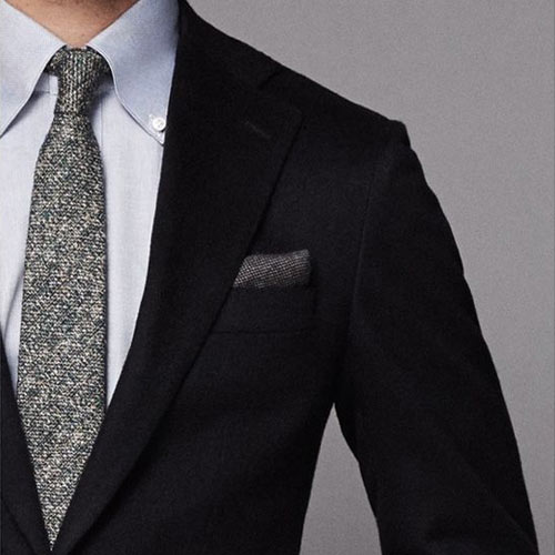黒スーツとグレーネクタイ