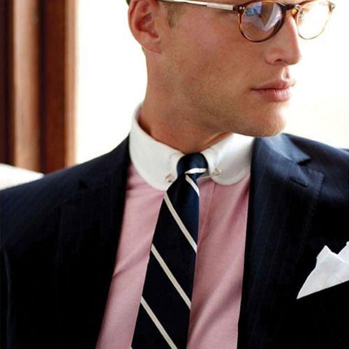 黒スーツとストライプネクタイ
