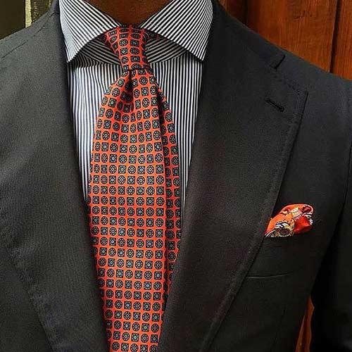 黒スーツと小紋ネクタイ