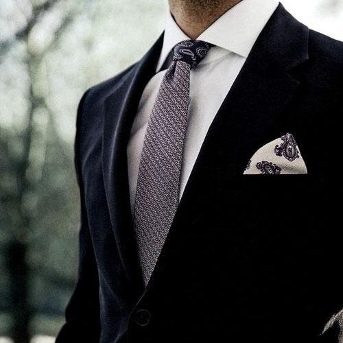 黒スーツに合うネクタイ
