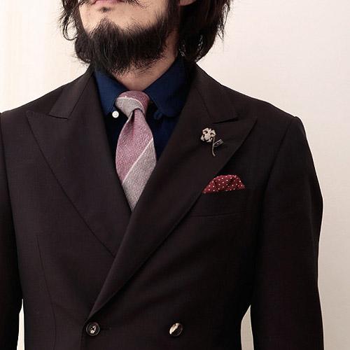 ツンドラのストライプネクタイとブラウンスーツ