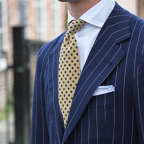 紺のスーツに合うネクタイ