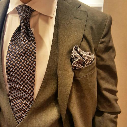 グレースーツと柄ネクタイ1