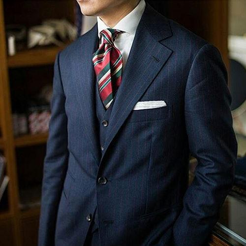紺のスーツとネクタイ