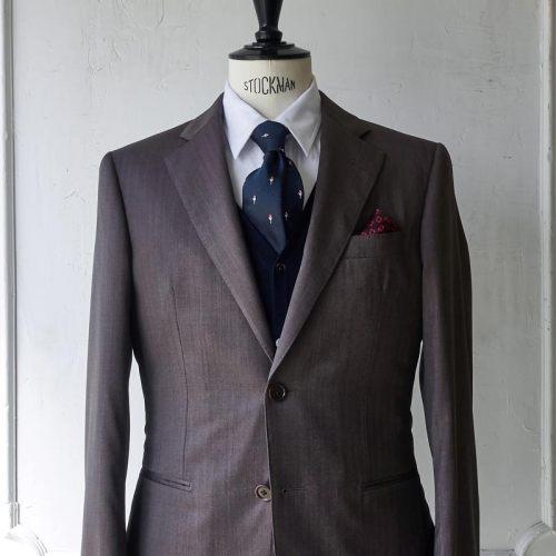 ブラウンスーツに合う紺ネクタイ