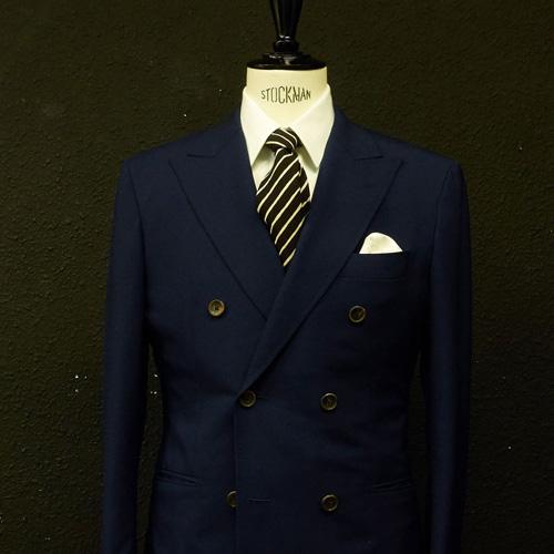 紺のスーツに合う黒ネクタイ