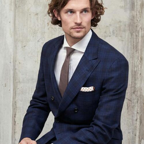 紺のスーツに合うブラウンネクタイ2