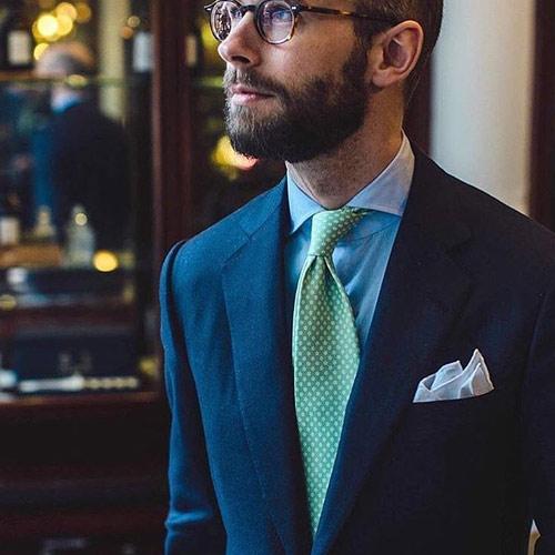 紺のスーツに合う緑ネクタイ