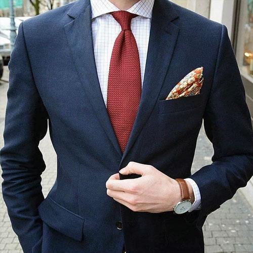 紺のスーツに合うえんじネクタイ