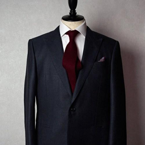 グレースーツに合うえんじネクタイ