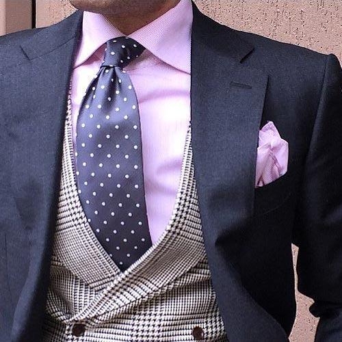 ピンクシャツに合うグレーネクタイ