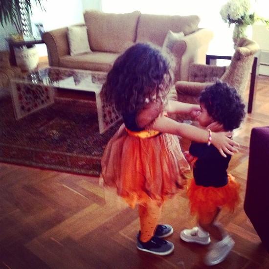 لأول مرة هند صبري تنشر صورة لابنتيها في عيد الهالوين