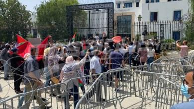 Photo of تونس..مناصرون لفلسطين يتجاوزون الحواجز والأسلاك ويقتحمون البرلمان (صور)