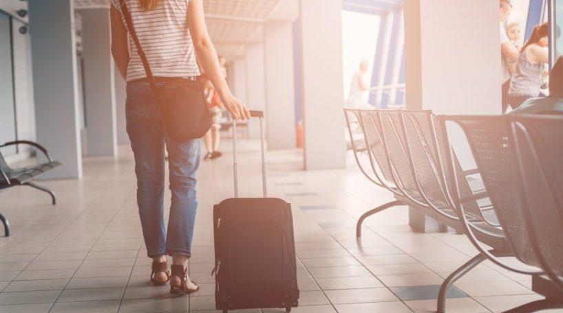 Mujer arrastra su maleta en un aeropuerto