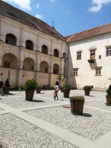 imagine curte cetatea fagarasului