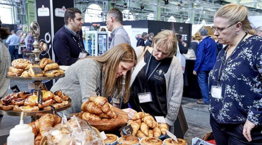 Den komplet udsolgte fødevarefagmesse Madværkstedet slog tirsdag morgen dørene op til 150 udstillere, 194 produktnyheder og et væld af aktiviteter. Allerede den første time gik knap 1.000 besøgende gennem dørene. (PR-foto: MCH/Tony Brøchner)