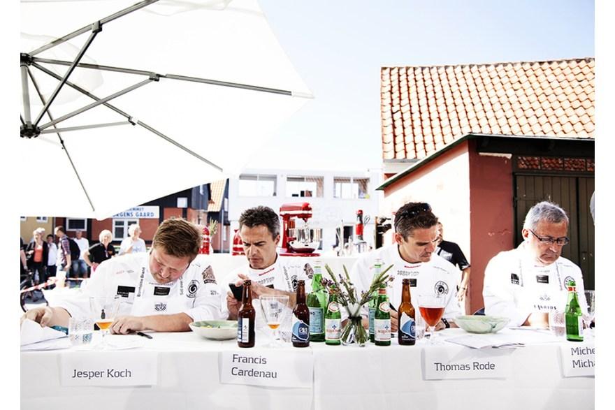 Kokkekonkurrencen Sol over Gudhjem tiltrækker i år en lang række internationale medier. Her ses dommerpanelet i aktion ved konkurrencen i 2013. (Foto: Destination Bornholm/Marschall Food Event)