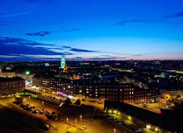 275 nye hotelværelser og 100 hotellejligheder står i 2020 klar til at modtage danske og internationale gæster, når en af verdens største hoteloperatører åbner storhotel i Aarhus. (Foto: NA Ejendomsservice)