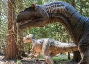 De store og 'levende' dinosaurer i Dinosaurskoven vil helt sikkert trække nye kunder til Knuthenborg Safaripark. Parken anslår selv, at besøgstallet vil stige med 7-10%. (Pr-foto)
