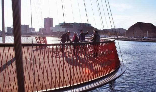 Havneringen byder på en række flotte cykelbroer, som her Olafur Eliassons Cirkelbro. Et oplagt pitstop på vores guidede cykeltur. (Foto: Julie Lindegaard Larsen/ www.imagerybyjulie.com)