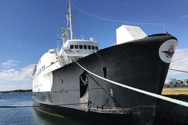 M/F Broen ankommer i morgen til Grenaa Havn, hvor havnen håber at den gamle Storebæltsfærge kan omdannes til et flydende trækplaster. Et lignende projekt måtte opgives i Nyborg sidste år på grund af lokal modstand. (Foto: Grenaa Havn A/S)