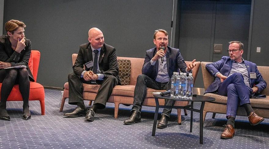 Hvordan kommer de færre, større destinationer bedst fra start? Ved paneldebatten understregede Martin HH Bender, direktør i VisitSydsjælland-Møn A/S, at man skal sørge for at fastholde forankringen hos de små lokale aktører, når man danner de nye større DMO'er.  (Foto: Lars Bo Axelholm/Turisme.nu)