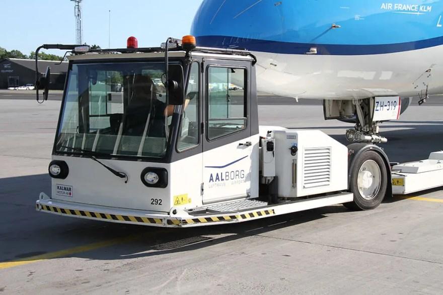 Aalborg Lufthavn bad producenten om at udvikle en ren el-drevet pushback-traktor. Traktoren anvendes til at skubbe flyene baglæns, når de skal forlade gaten. (Foto: AAL)