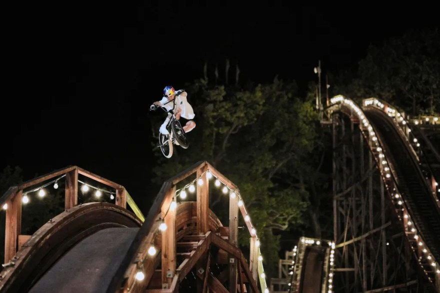 Også den gamle rutsjebane på Bakken kan bruges til BMX-stunts. (Foto: Esben Zøllner/Red Bull)
