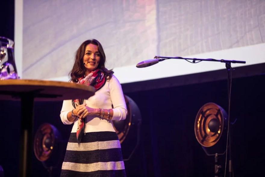 Horestas direktør Katia K. Østergaard på scenen. (Foto: Ulrik Jantzen/Horesta)