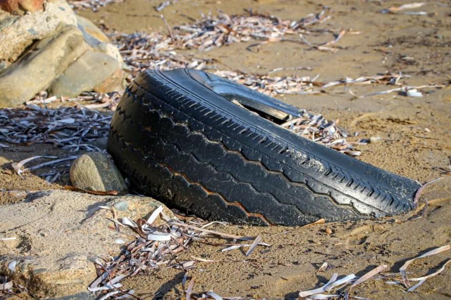 Affald på strandene er en trussel for dyr, natur og miljø (arkivfoto).