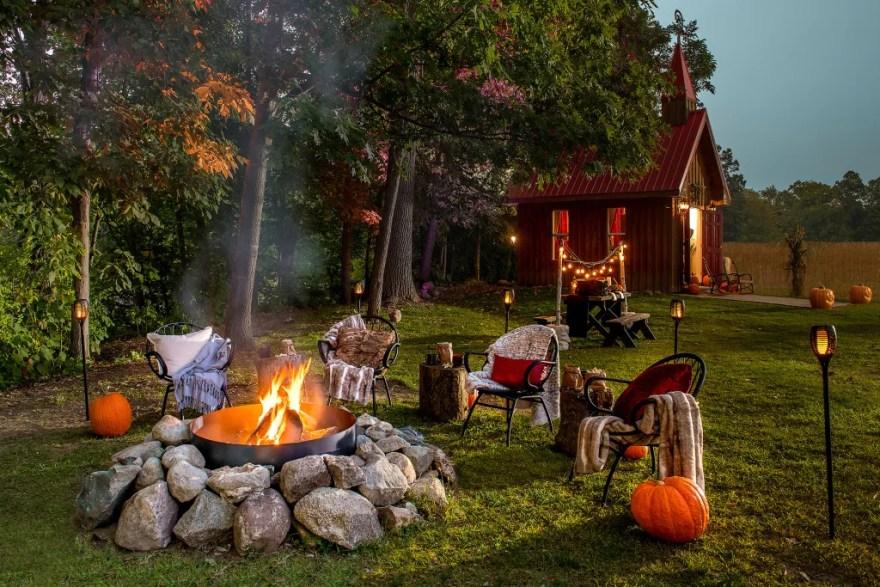 Der er lagt op til hygge i den uhyggelige have. (Foto: Airbnb)