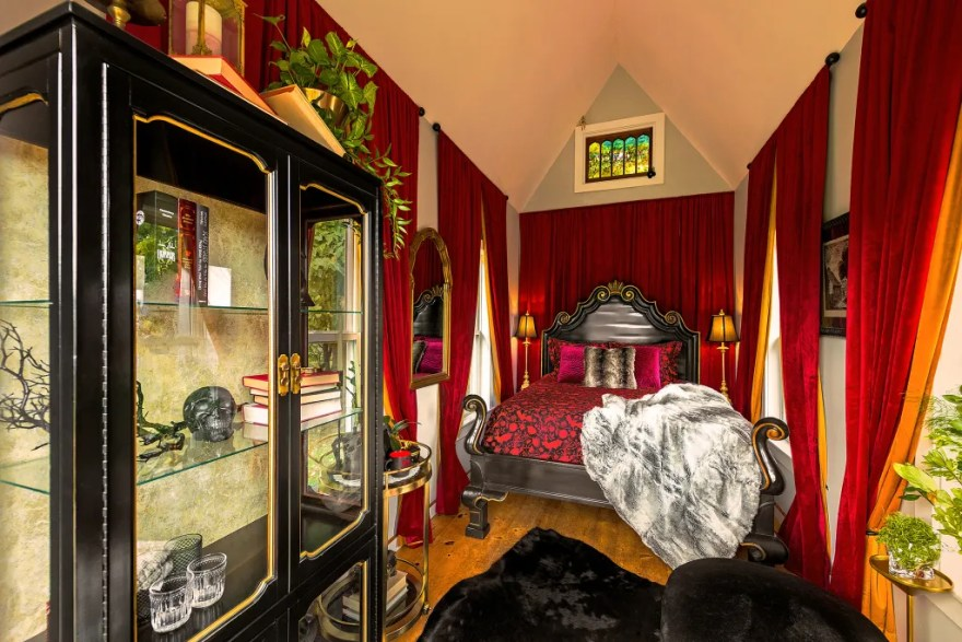 Den selvudråbte borgmester i Hell, Michigan, holder halloween-ånden i live ved at udleje sin private bolig på Airbnb i tre nætter i oktober. (Foto: Airbnb)