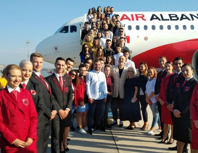 Il primo ministro albanese Edi Rama, i ministri albanesi e l'ambasciatore turco Murat Ahmet Yörük posano accanto al personale della neonata Air Albania dopo il suo primo volo all'aeroporto di Tirana Madre Teresa, il 15 settembre 2018