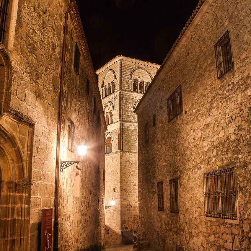 Palacios cerca de Santa María la Mayor de Trujillo