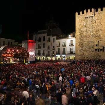 Festival WOmad de Cácers escenario y plaza a reventar