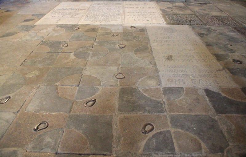 cripta-original-catedral-Plasencia-argollas-enterramiento