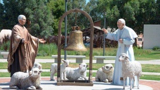 parque-tematico-cura-brochero las imagenes del santo junto a el papa francisco rodeados de ovejas que representan el rebaño